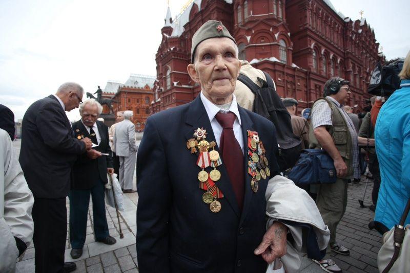 Участники первого Парада Победы встретились на Красной площади