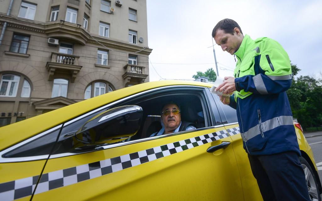 Водителей такси возьмут под контроль пассажиры
