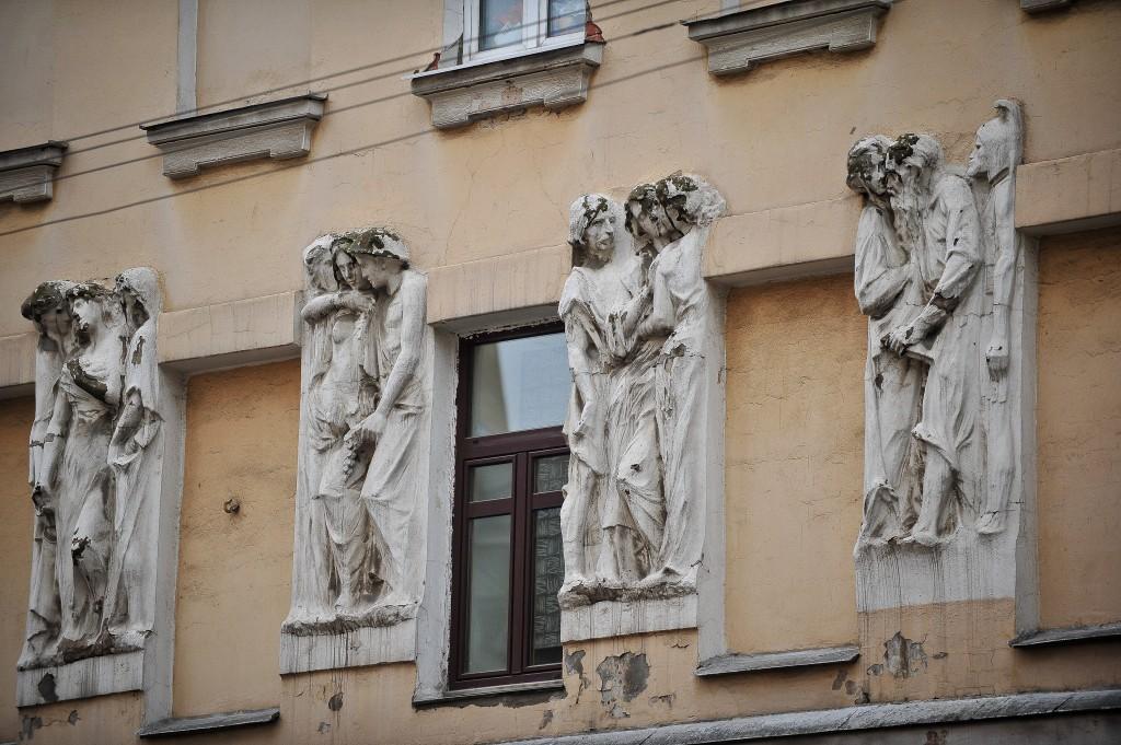 Реставраторы вернут маскарону Меркурия на «Торговом доме Кузнецова» былой вид