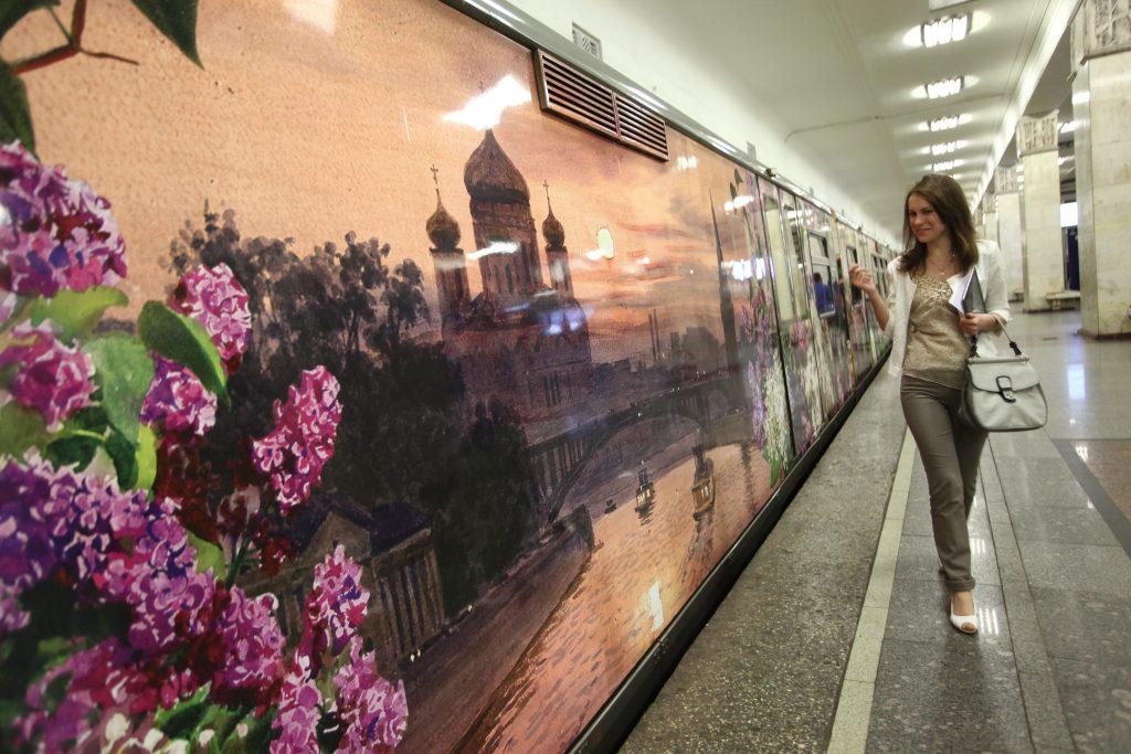 Пассажирам Арбатско-Покровской линии метро представили новую экспозицию поезда «Акварель»