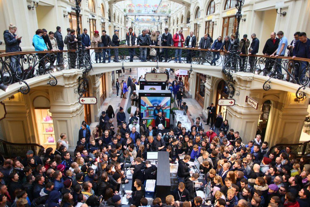 Сотни человек стоят в очереди за iPhone 7 и iPhone 7 Plus в ГУМ