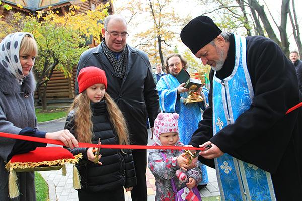 Детская площадка открылась у Храма Христа Спасителя