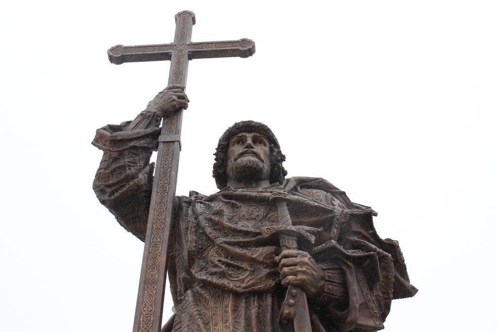 Россия позитивно восприняла памятник князю Владимиру в Москве
