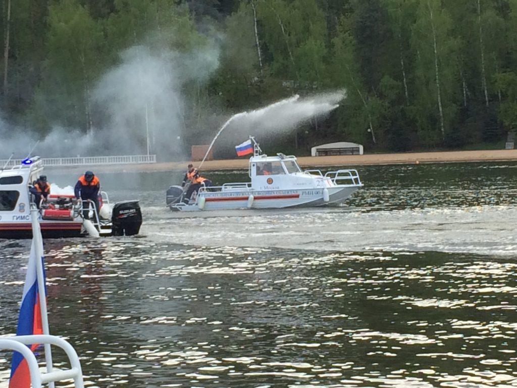 Спасатели на воде продемонстрировали принцип работы по обеспечению безопасности
