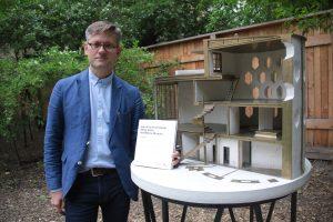 31 мая 2017 года. Директор Дома Мельникова Павел Кузнецов показывает макет здания