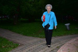 8 июня 2017 года. Жительница дома 15 по Большой Переяславской улице Карина Вронская пользуется фонариком, чтобы ходить по темной аллее