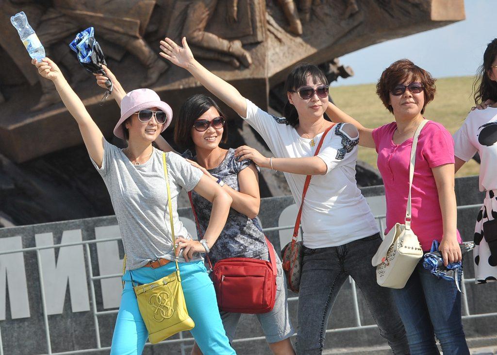 Скорую помощь вызвали китайским туристам, упавшим с эскалатора московского метро