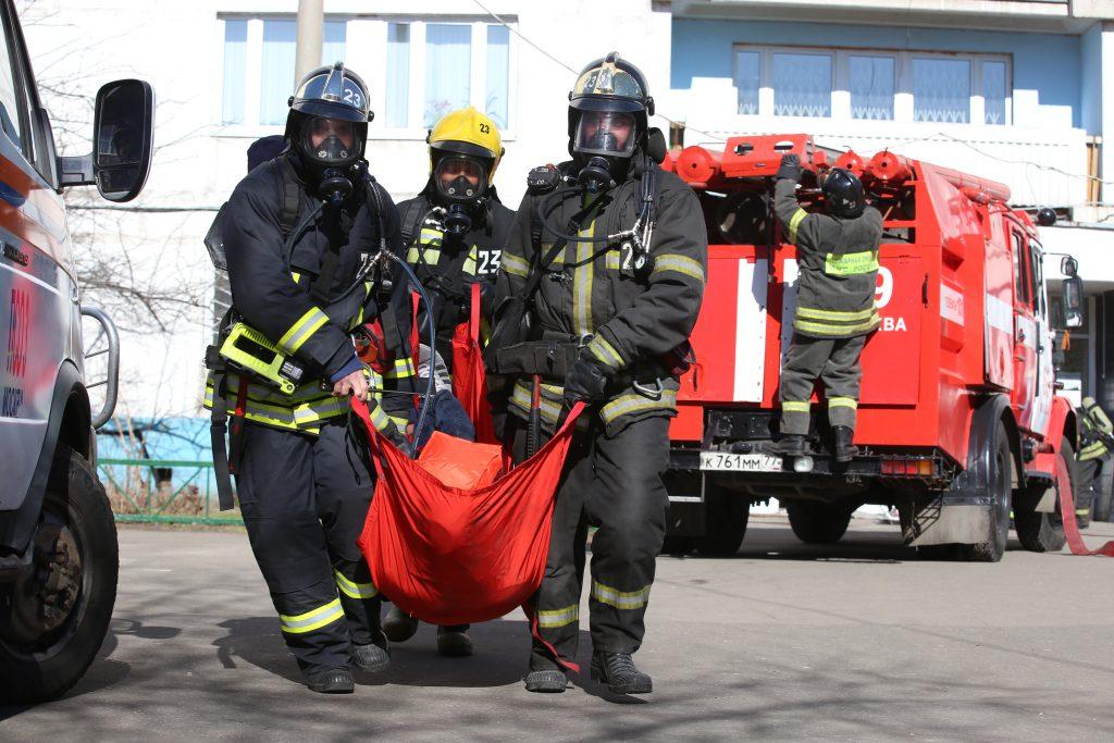фото пожарный спас человека
