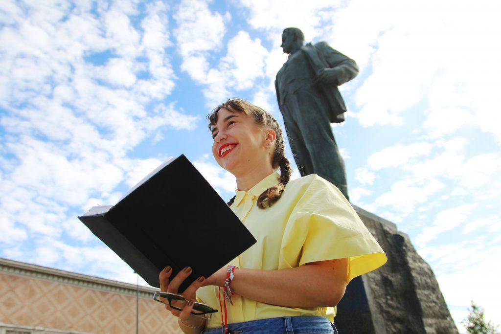 Вечерние стихи собрали прохожих у памятника Маяковскому