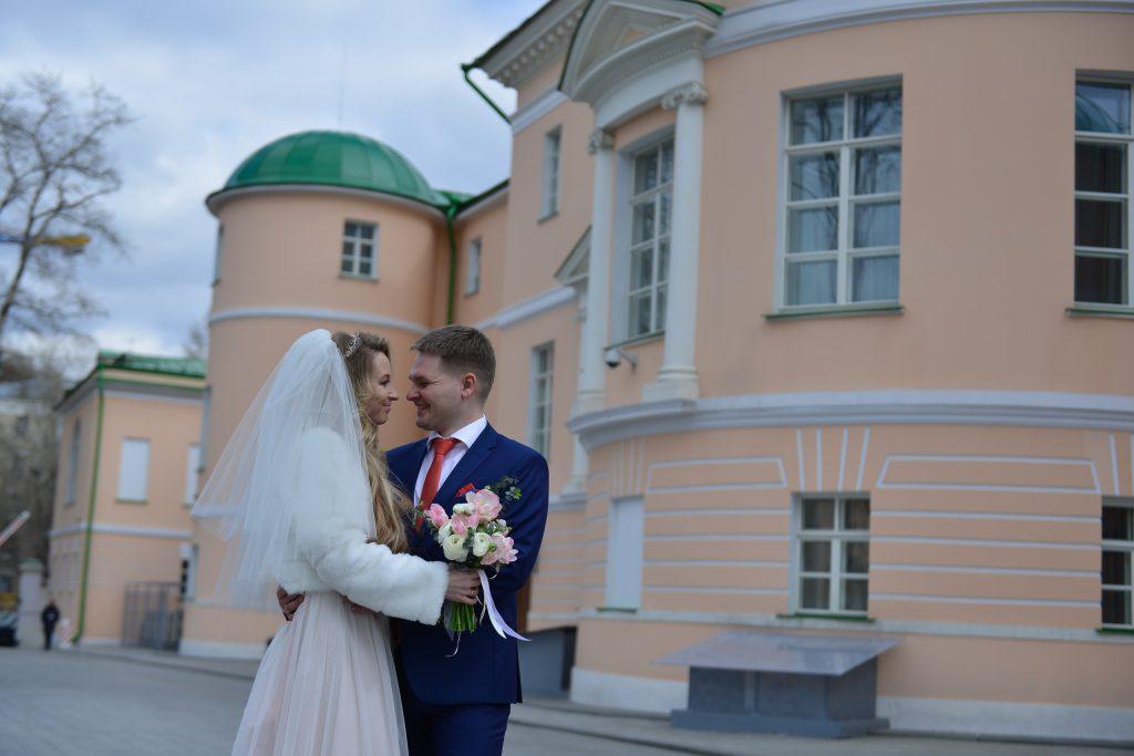 На День города 62 московские пары сыграют свадьбы с выездом в парки и дворцы