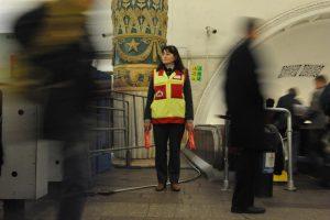 Сотрудники Центра помогают маломобильным пассажирам подземки от входа на станцию и до необходимого пункта следования. Фото: «Вечерняя Москва»