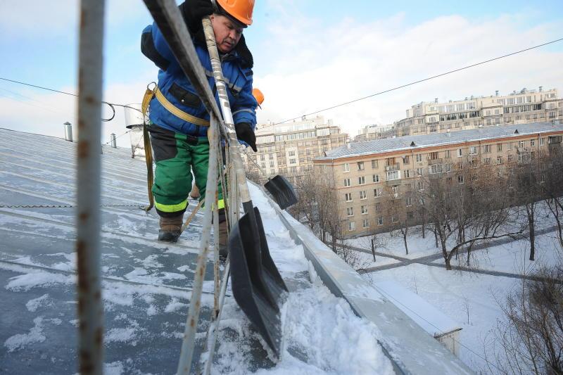 Свыше 900 бригад кровельщиков будут очищать крыши от снега и наледи в центре Москвы