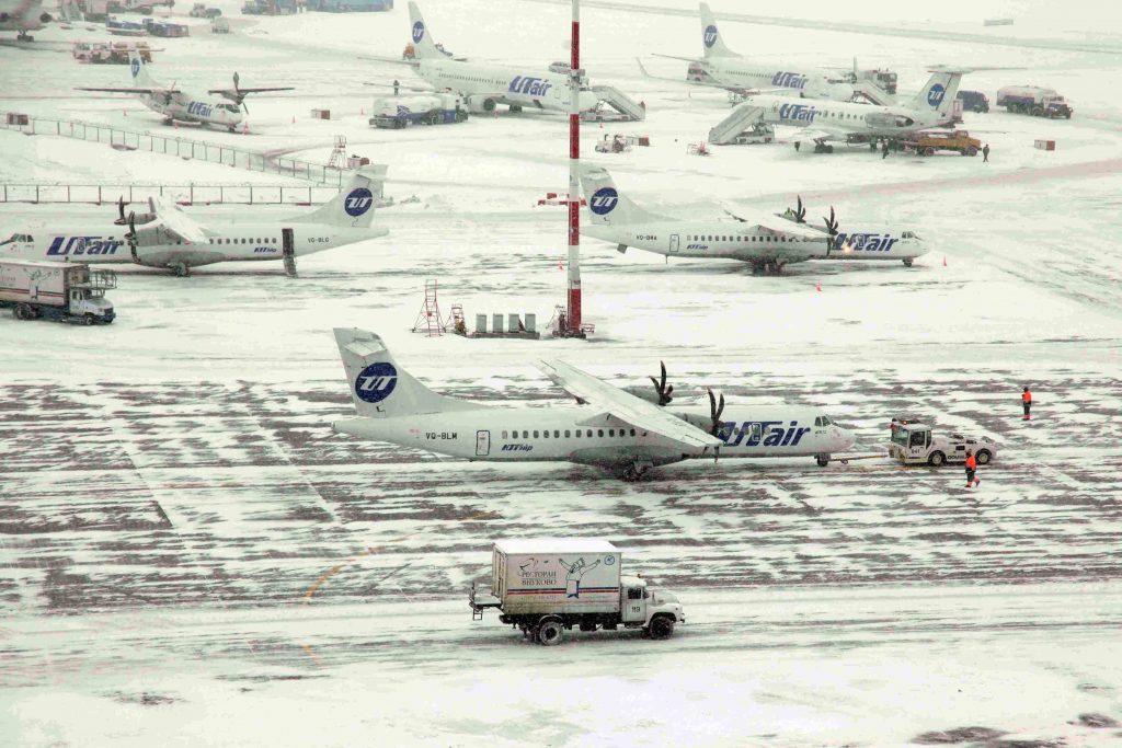 Аэропорты Москвы задержали и отменили десятки рейсов