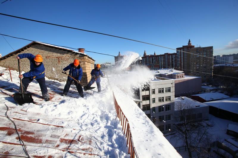 Специалисты очистили от снега 30 кровель в районе Якиманка