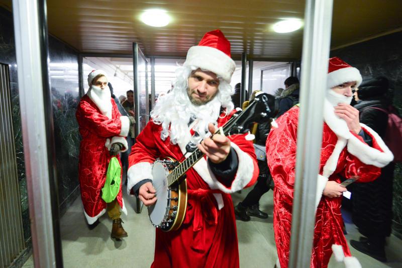 Герои детских мультфильмов и «Оркестр Деда Мороза» встретят пассажиров на столичных вокзалах