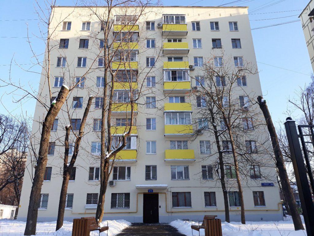 23-й дом сразу выделяется на фоне остальных своими желтыми балкончиками. Фото: Анастасия Андреева