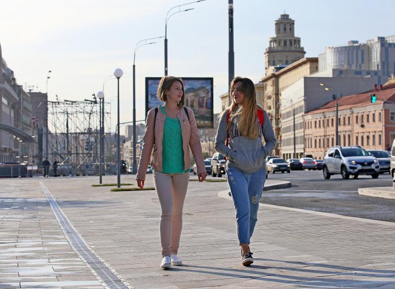 Москвички Лиза Жукова и Виктория Садовнич прогуливаются прогуливаются по Сухаревской площади на Садовом кольце. Фото: Антон Гердо