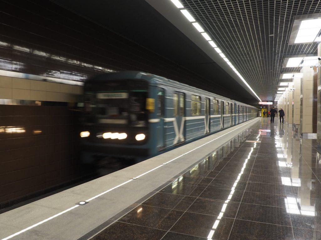 В центре Москвы пассажирка метро погибла от удара о проезжающий поезд