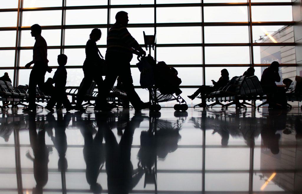 Аэропорты Москвы начнут штрафовать сидящих на полу и лежащих в креслах