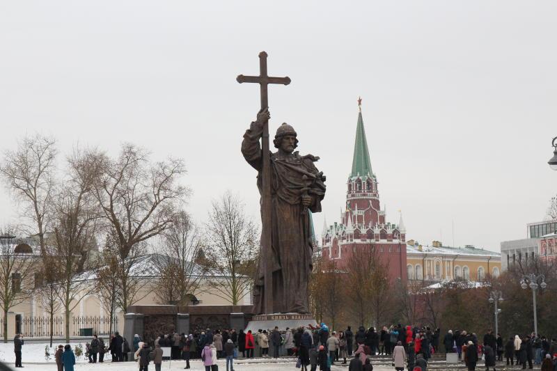 Памятники князю Владимиру и Петру I помоют в рамках месячника по благоустройству
