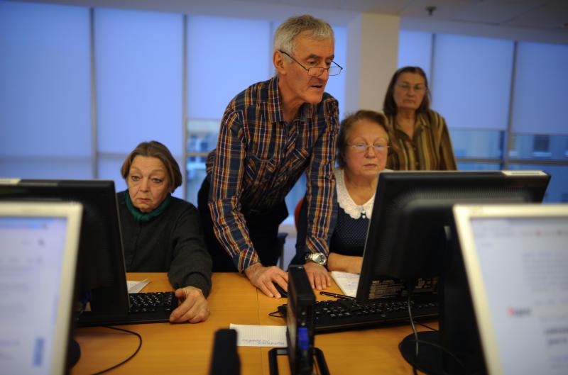 Пожилых москвичей научат пользоваться компьютером