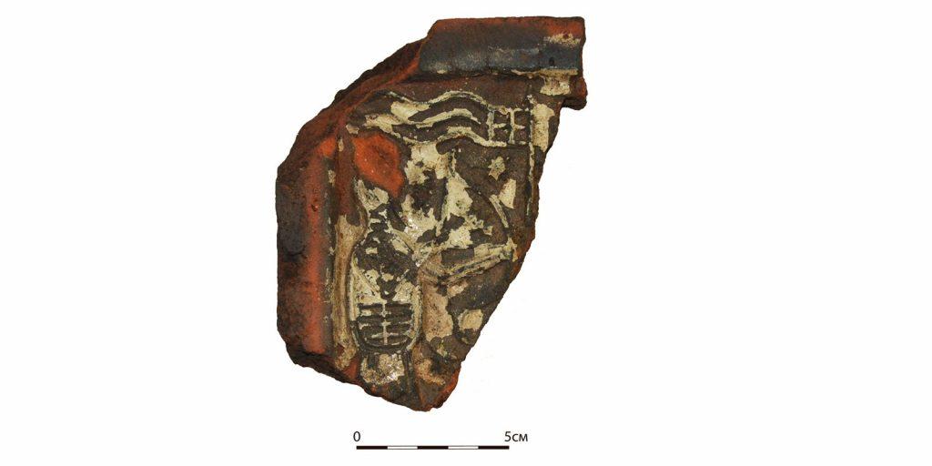Фрагмент печного изразца с батальной сценой XVII века. Фото: mos.ru