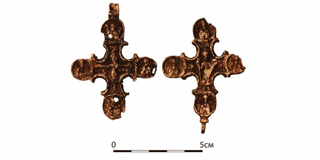 Медный крест-мощевик XVI века. Фото: mos.ru
