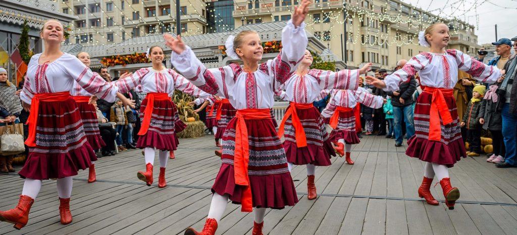 Площадки для уличных артистов откроются в 33 парках Москвы
