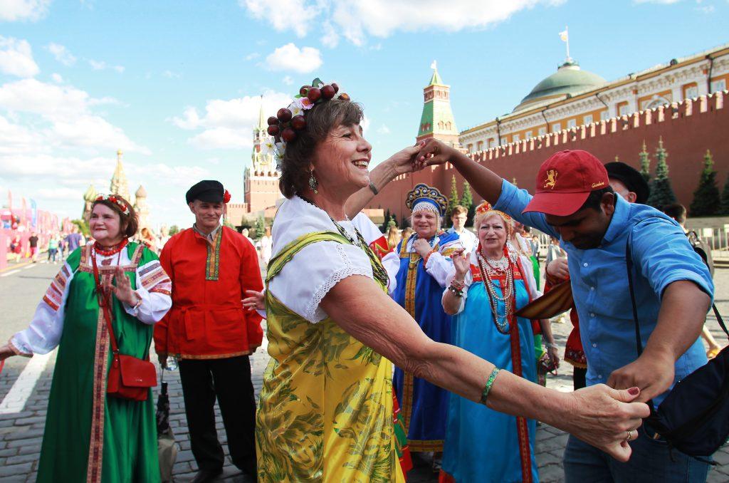 Коллектив ТЦСО «Арбат» «Калина» гуляет по центру столицы: Лариса Афанасьева танцует с болельщиком