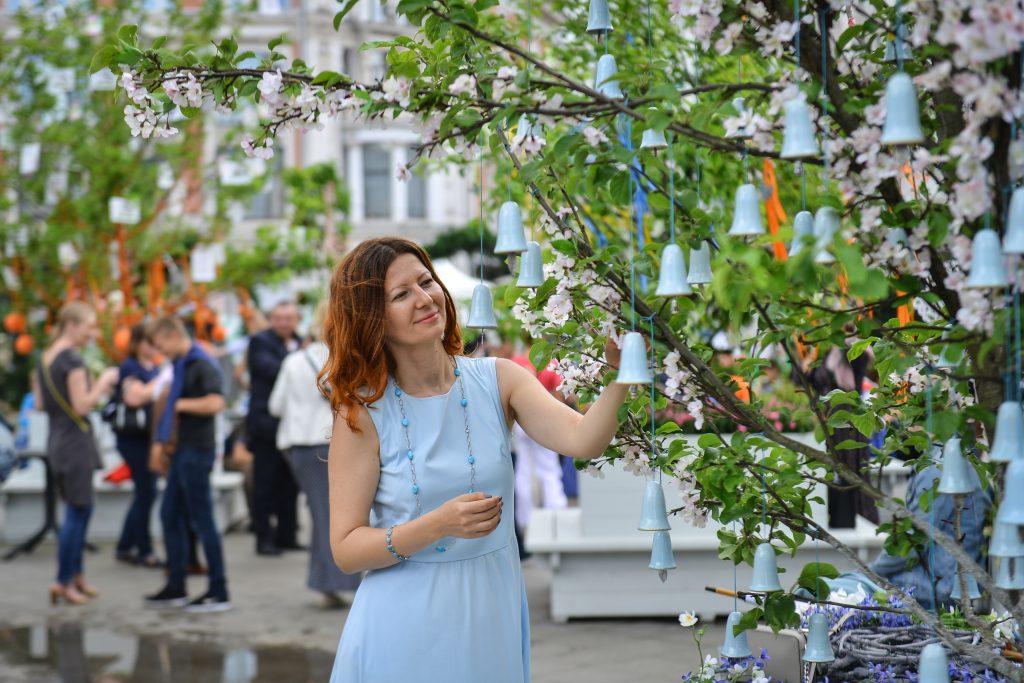 В прошлом году на Кузнецком Мосту дизайнеры создали сад из необычных яблоневых деревьев. Фото: Наталья Феоктистова, «Вечерняя Москва»