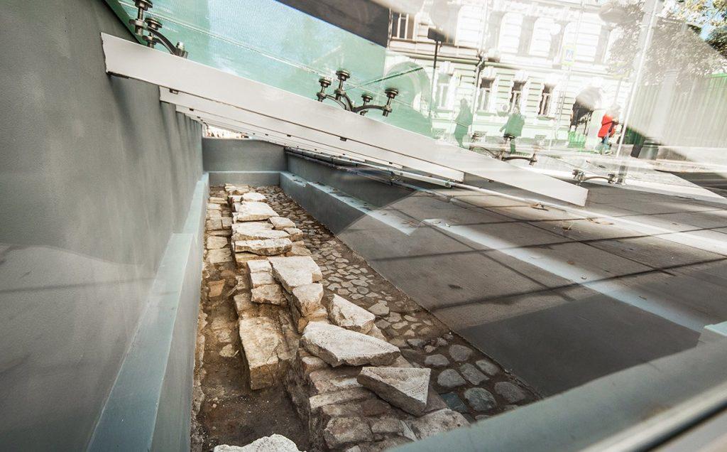 Витрина с найденными артефактами появилась в Малом Златоустинском переулке. Фото: сайт мэра Москвы