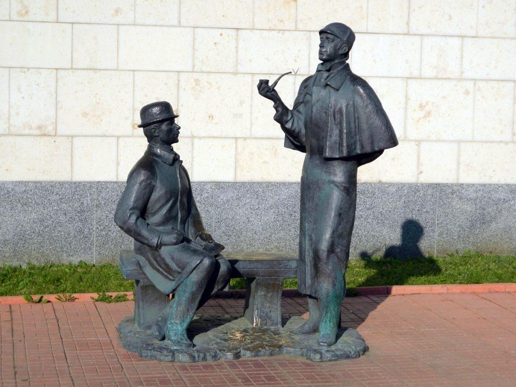 Памятник Холмсу и Ватсону на Смоленской набережной, 10. Фото: Алексей Смышляев, ТАСС