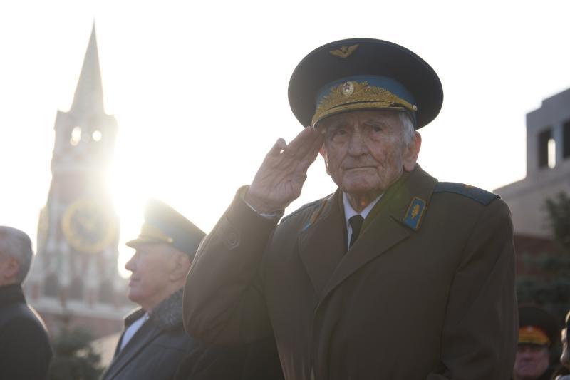 Представители Молодежной палаты Якиманки организуют экскурсию для ветеранов