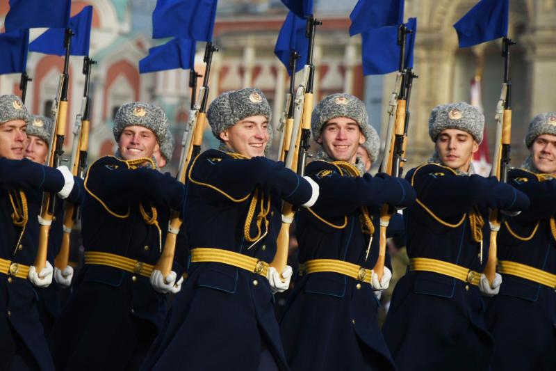 Его восклицание подхватывают все участники торжественного марша, и оно эхом проносится по всей Красной площади. Фото: Владимир Новиков, «Вечерняя Москва»
