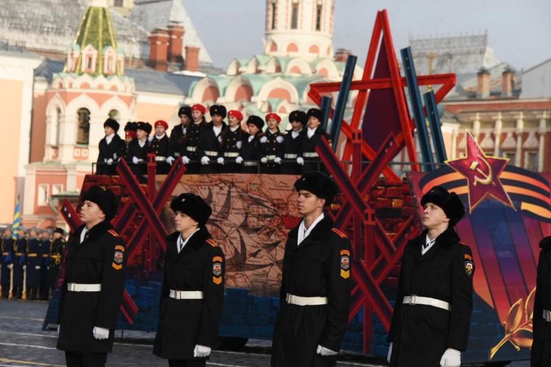 Под живой звук военных оркестров начинается шествие стройных рядов курсантов и кадетов. Фото: Владимир Новиков, «Вечерняя Москва»