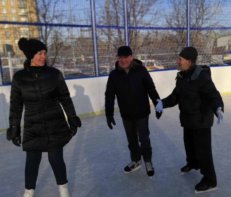 Новую площадку решил опробовать и Петр Бирюков. Он встал на коньки и катался вместе с гостями. Фото: Ирина Ковган