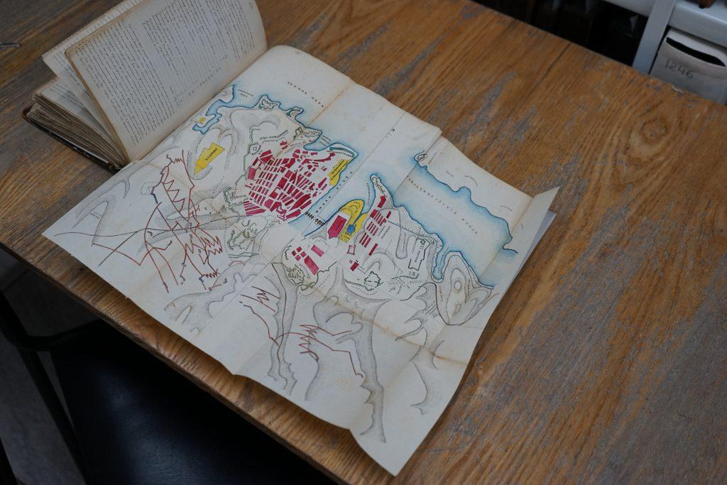 Автор дневников — Роман Залога — не только писал о своей жизни, но и собирал внутри дневников множество рисунков, карт и других вкладышей. Фото: Михаил Прядко