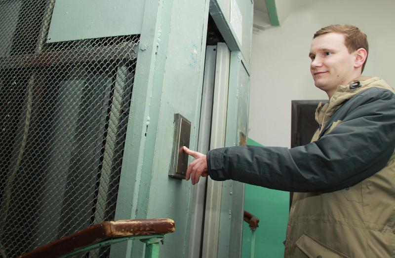 Дежурный отвечает: лифт работает исправно. Фото: Наталия Нечаева, «Вечерняя Москва»