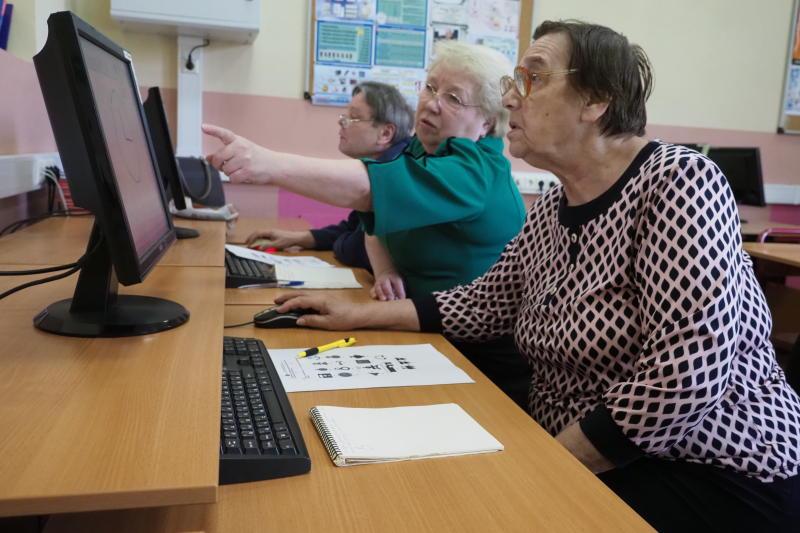 Пользоваться компьютером научили более 70 пожилых москвичей в центре соцобслуживания Якиманки