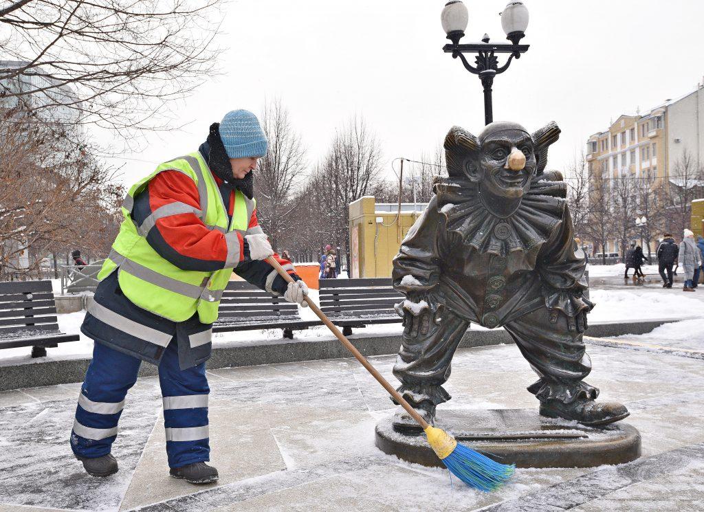 Ежедневная борьба со снегом. Фото: архив, «Вечерняя Москва»