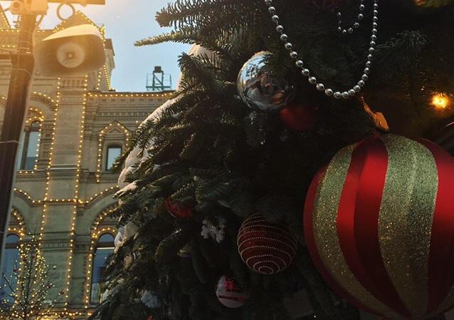 Красная площадь горит множеством огней, повсюду новогодние иллюминации. Из информации в приложении узнаю, что в 1990 году косплекс Московского кремля и Красная площадь были включены в список Всемирного наследия ЮНЕСКО. Фото: Аксинья Бачурина