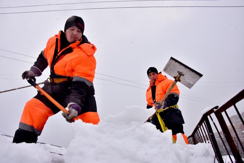 Наша служба и опасна и трудна: как в Москве очищают кровли домов от снега
