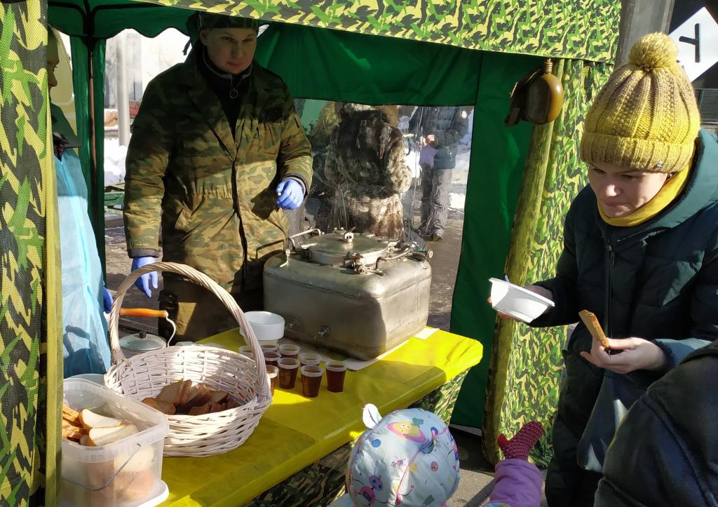 Горожане подходят за угощениями. Фото: Антон Демидов