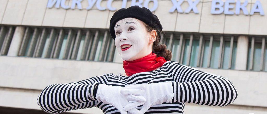 Москвичи увидят выступления уличных артистов в парках Центрального округа