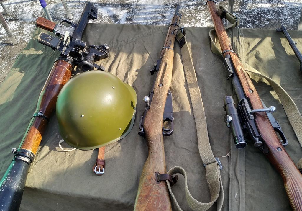 В центре лежит винтовка Мосина, которой пользовались в боях 1942 года. Фото: Антон Демидов