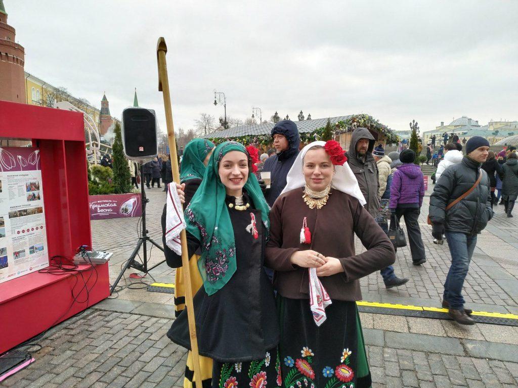 Девушки в крымских-болгарских костюмах. Фото: Антон Демидов