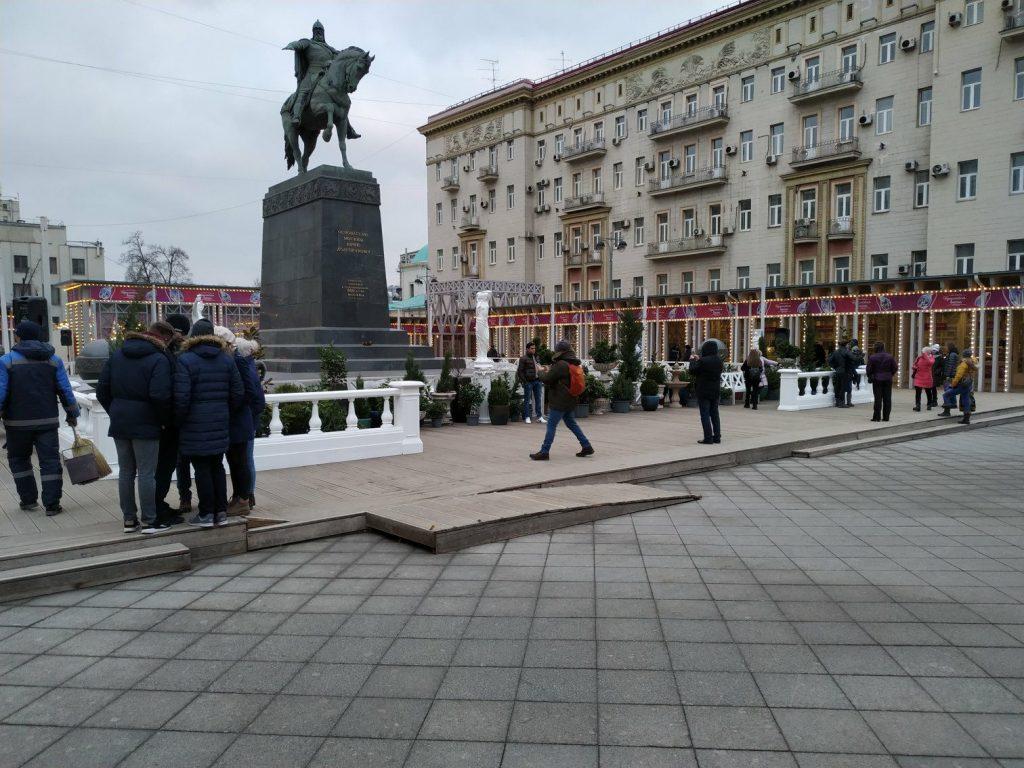 «Ялтинская набережная» возле памятника Юрию Долгорукому. Фото: Антон Демидов