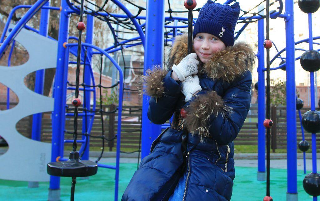 9 ноября 2018 года. Юная москвичка Таня Комлева пришла в парк Таганский — играть на благоустроенной площадке намного интереснее. Фото: Наталия Нечаева