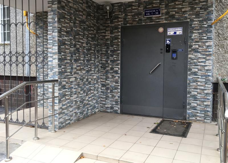 Специалисты проверили работу доводчика двери в доме в Студеницком переулке