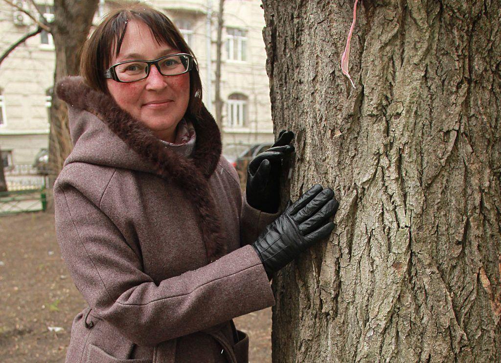 2 апреля 2019 года. Татьяна Мариева показывает, какие деревья надо кронировать . Фото: Наталия Нечаева